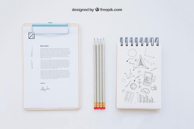 Composition commerciale avec presse-papiers, crayons et cahier
