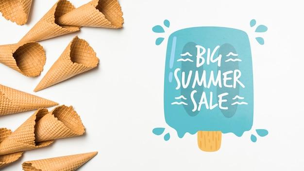 Composition de crème glacée d'été avec fond