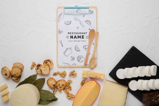 Composition de délicieux plats avec maquette de presse-papiers