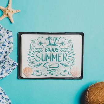 Composition de l'été avec un livre ouvert en cuir