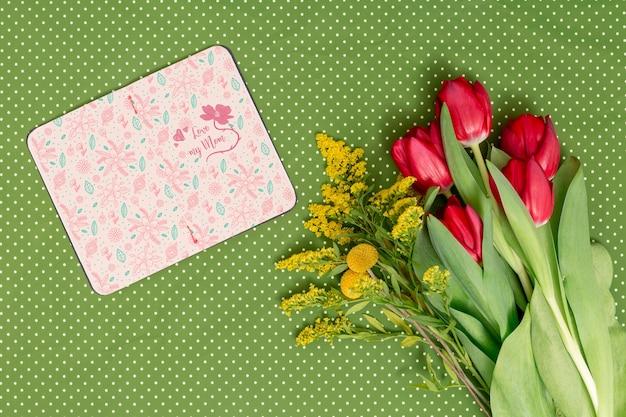 Composition plate de la fête des mères avec une maquette à livre ouvert