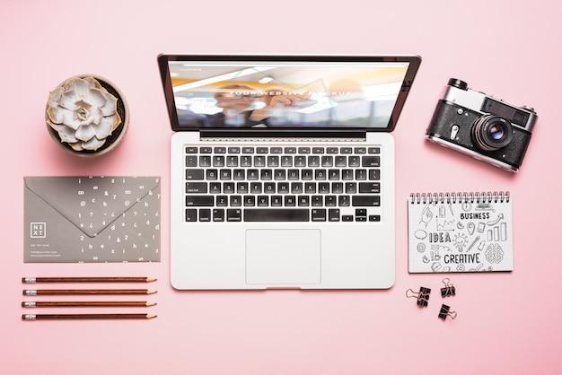 Composition de la vue de dessus avec ordinateur portable et fournitures de bureau