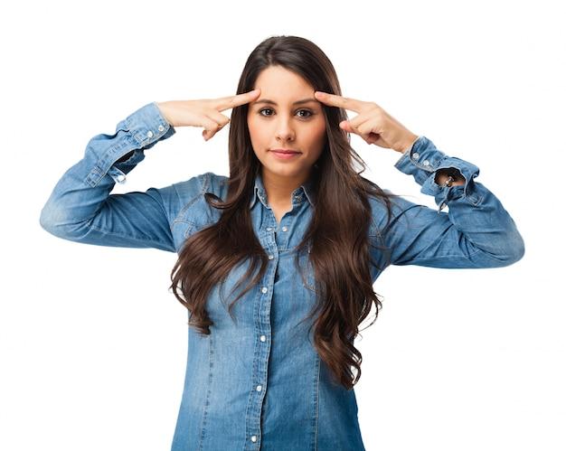 Concentré jeune femme de toucher son front