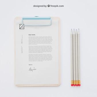 Concept d'affaires avec presse-papiers et crayons