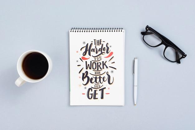 Concept de bureau avec citation sur un cahier