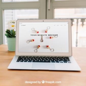 Concept de bureau à domicile avec ordinateur portable sur table