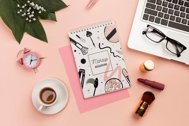 Concept de bureau avec maquette de café