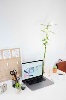 Concept de bureau avec ordinateur portable