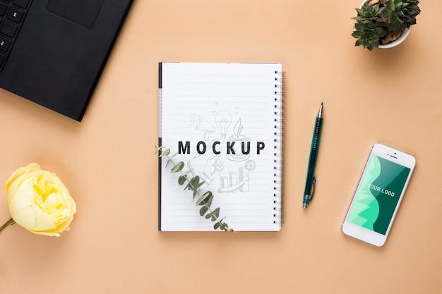 Concept de bureau avec plantes et cahier