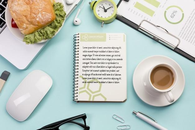Concept de bureau vue de dessus avec une tasse de café