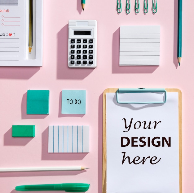 Concept de bureau avec vue du dessus avec le presse-papier de la maquette