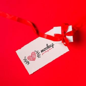 Concept de cadeau et étiquette vue de dessus avec maquette