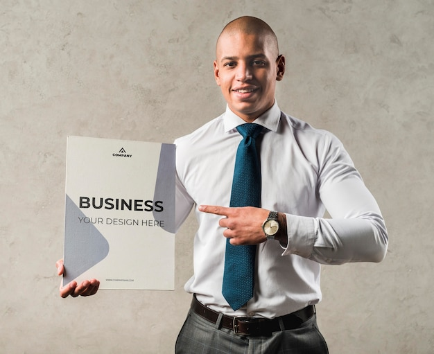 Concept d'entreprise avec homme souriant