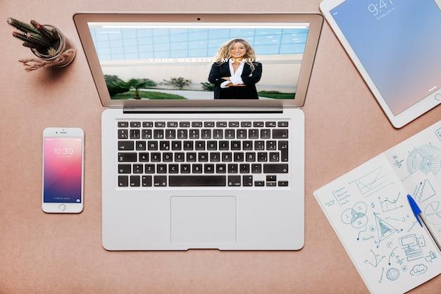 Concept d'espace de travail avec écran d'ordinateur portable et appareils