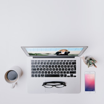 Concept d'espace de travail avec ordinateur portable, smartphone et café