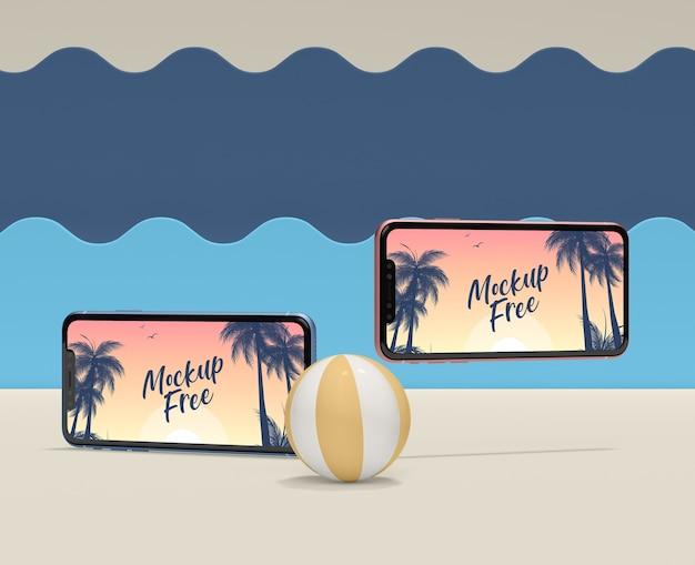 Concept d'été avec ballon et téléphones