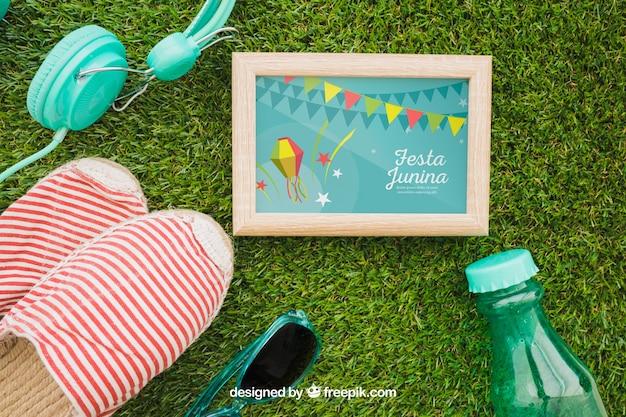 Concept d'été avec cadre sur l'herbe