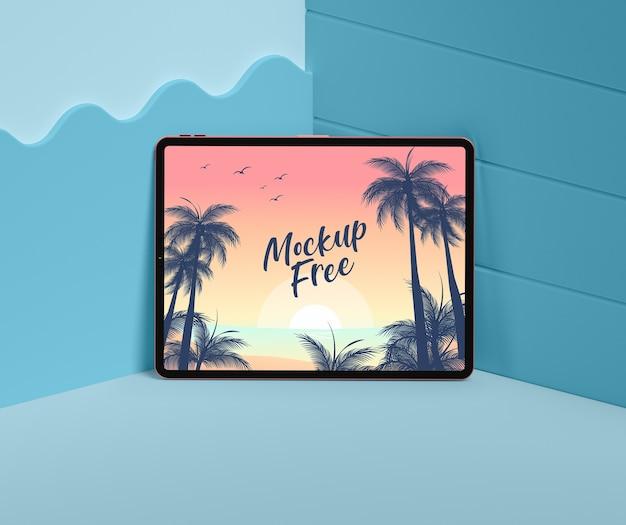 Concept d'été avec tablette dans le coin bleu