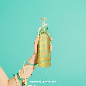 Concept de fête avec bouteille de maintien de bras