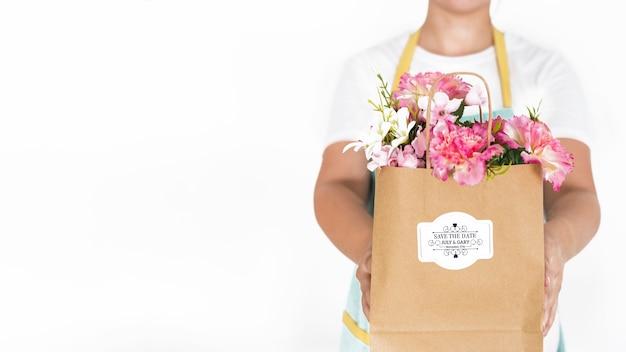 Concept de jardinage avec une femme tenant un sac avec des fleurs