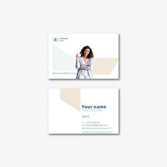 Concept de modèle avec une femme d'affaires pour carte de visite