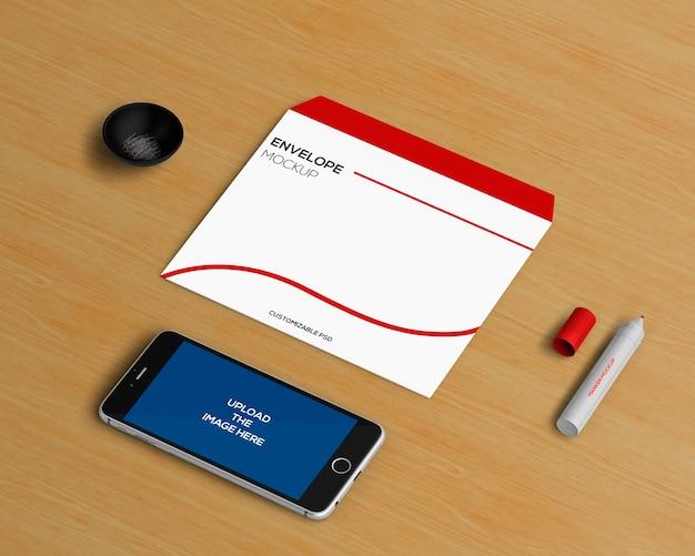 Concept de papeterie avec enveloppe et maquette de smartphone