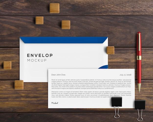 Concept de papeterie avec maquette d'enveloppe