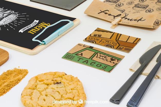 Concept de plats à emporter avec des cartes de visite