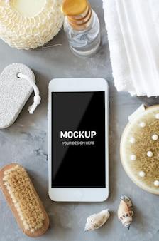 Concept de réglage de bien-être spa. accessoires de spa et smartphone sur fond de béton gris.