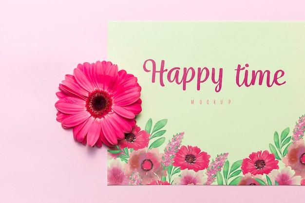 Concept de temps heureux avec fleur rose