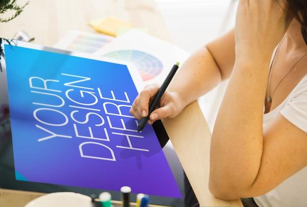 Concepteur de femme travaillant avec une maquette d'écran tactile