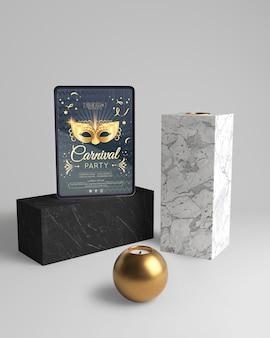 Conception abstraite minimaliste avec maquette et boule dorée