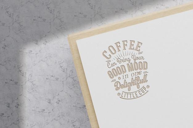 Conception de maquette de logo réaliste sur papier blanc