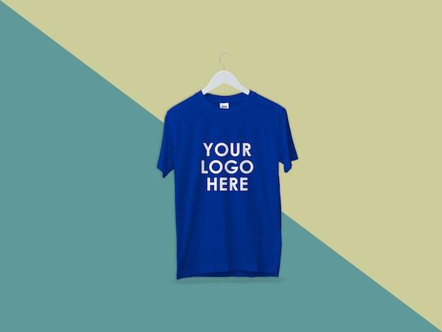 Conception de maquette de t-shirt bleu isolé