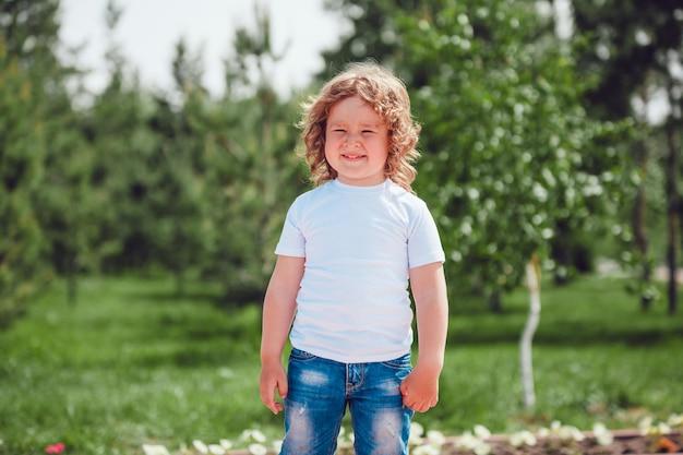 Conception de maquette de tshirt pour enfants
