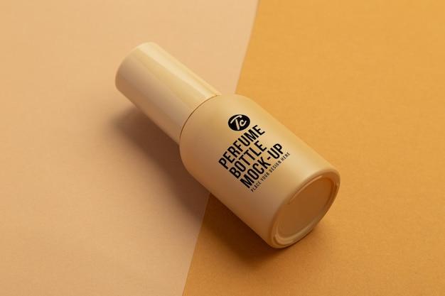 Conception de maquette de vaporisateur de parfum beige isolé