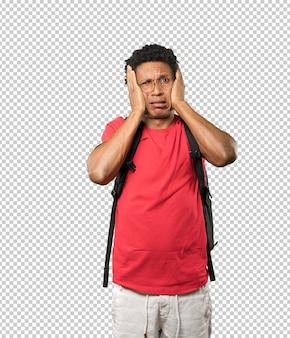 Concerné jeune homme pose