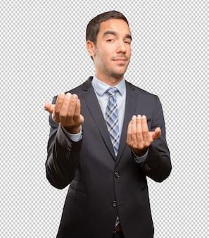 Confiant jeune homme d'affaires accueillant