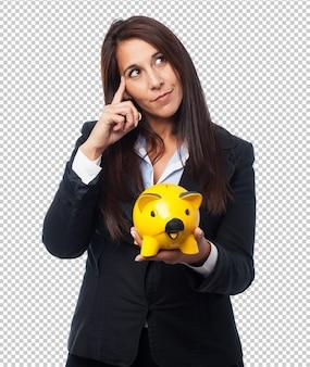 Cool femme d'affaires avec la tirelire