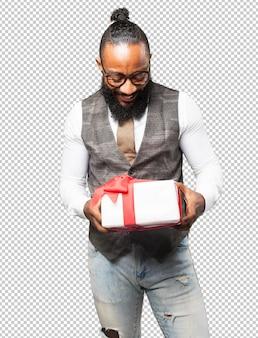 Cool homme noir avec un cadeau