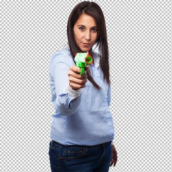 Cool jeune femme avec pistolet pop