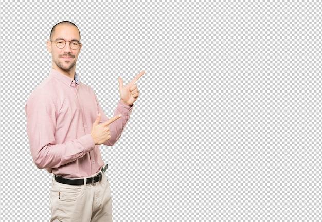 Cool jeune homme pointant avec ses doigts