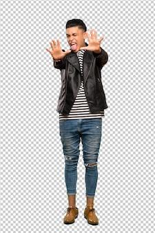 Un coup complet d'un jeune homme comptant dix avec les doigts