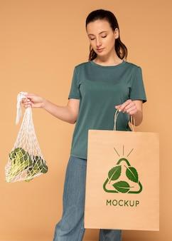 Coup moyen femme tenant un sac en papier