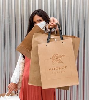 Coup moyen femme tenant des sacs