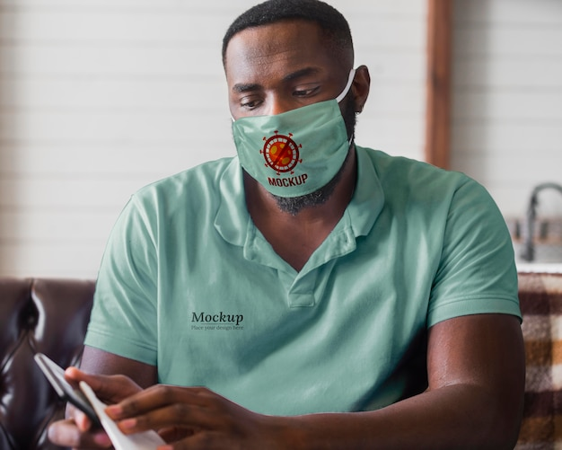 Coup moyen homme portant un masque de protection