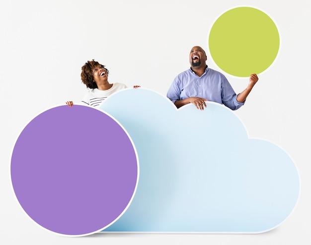 Couple afro-américain tenant des icônes colorées