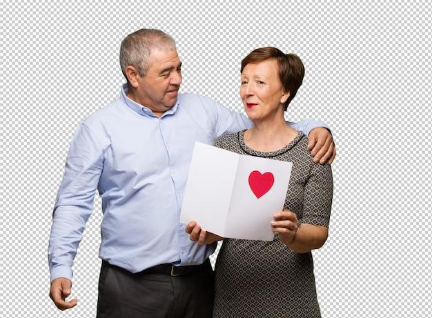 Couple d'âge moyen célébrant la saint valentin