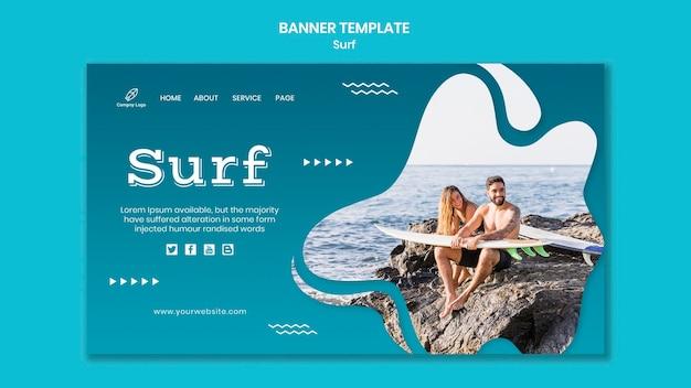 Couple au bord de la mer avec bannière de planches de surf