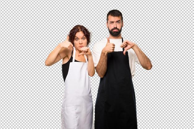Couple de cuisiniers en train de faire du bon signe. indécis entre oui ou non